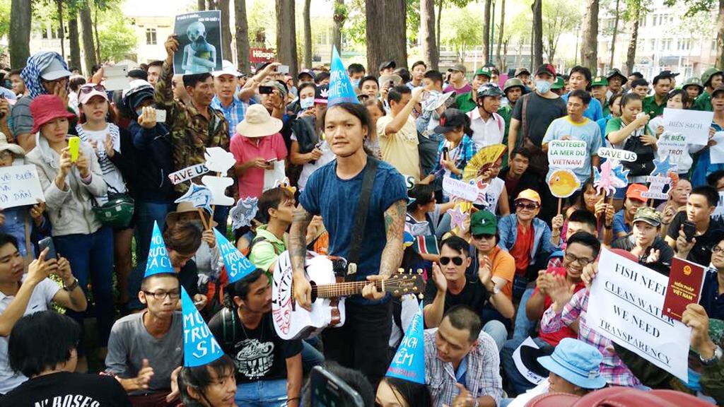 Dân Sài Gòn biểu tình hồi trung tuần tháng 5, đòi được sống sạch, ăn sạch sau thảm họa ô nhiễm ở phía Bắc miền Trung. (Hình: Facebook)