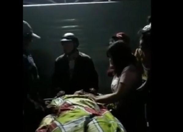 Dân bắt 2 công an quỳ trước thi thể người chết vì nghi bị đánh