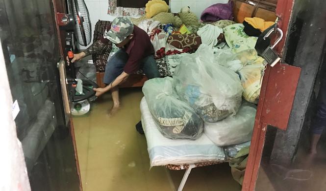 Sài Gòn: Nước ngập cả phường, đổ thừa tại... rác