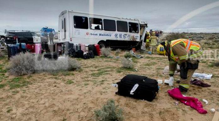 California: Xe buýt đụng 2 xe trên xa lộ, một chết, 26 bị thương