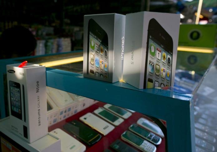 Buôn lậu linh kiện điện thoại $72 triệu IPhone-Gia-696x487