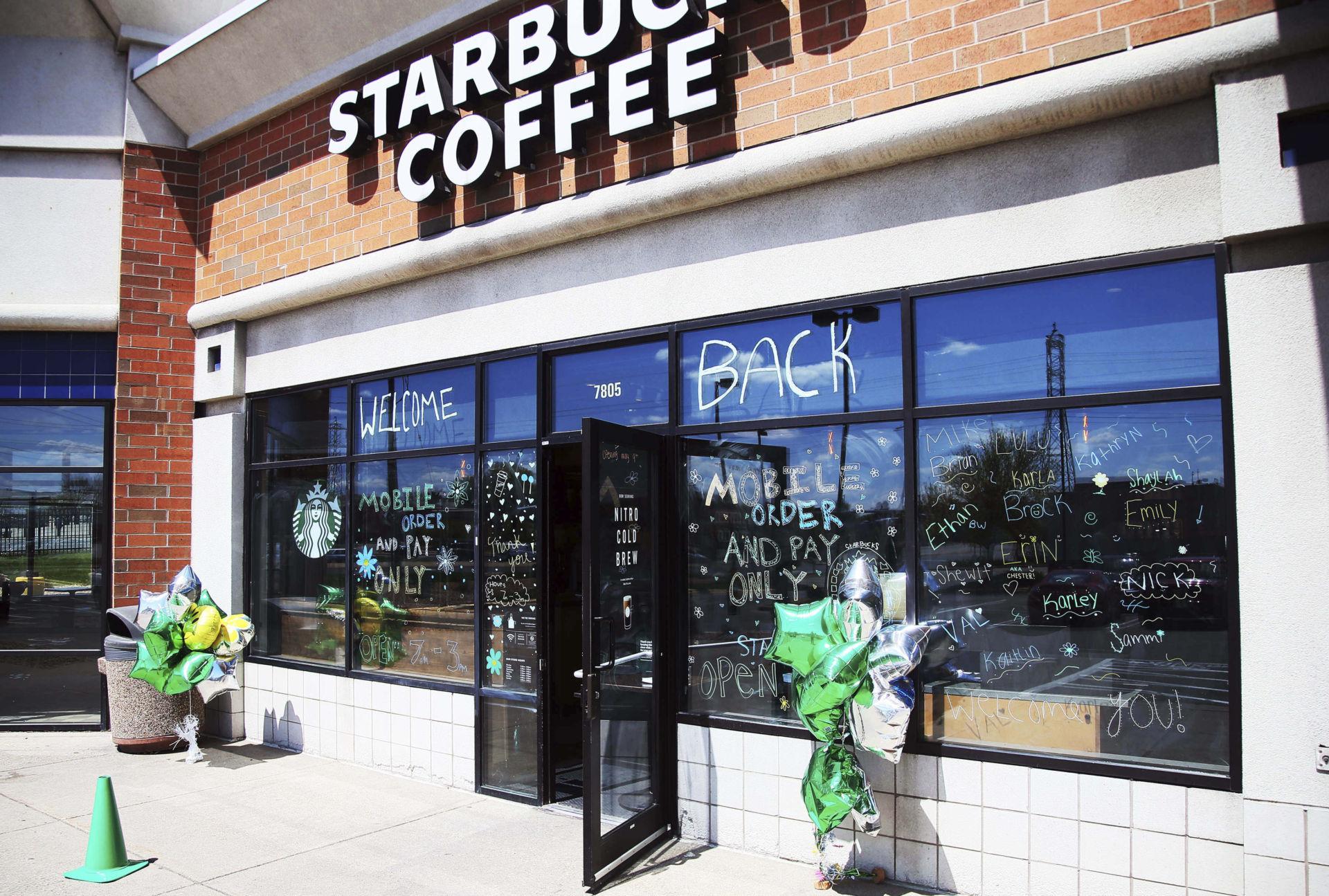 Starbucks Xin Miễn Tiền Thue Mặt Bằng Trong Một Năm Tới