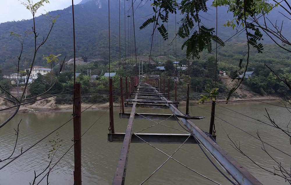 Cầu treo hư sắp sập, người dân vẫn 'bán mạng' qua lại mỗi ngày Vn-cau-treo-lat-1