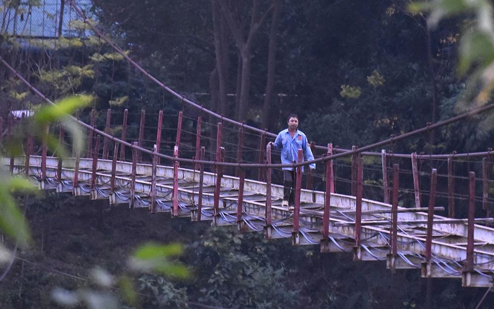 Cầu treo hư sắp sập, người dân vẫn 'bán mạng' qua lại mỗi ngày Vn-cau-treo-lat-2