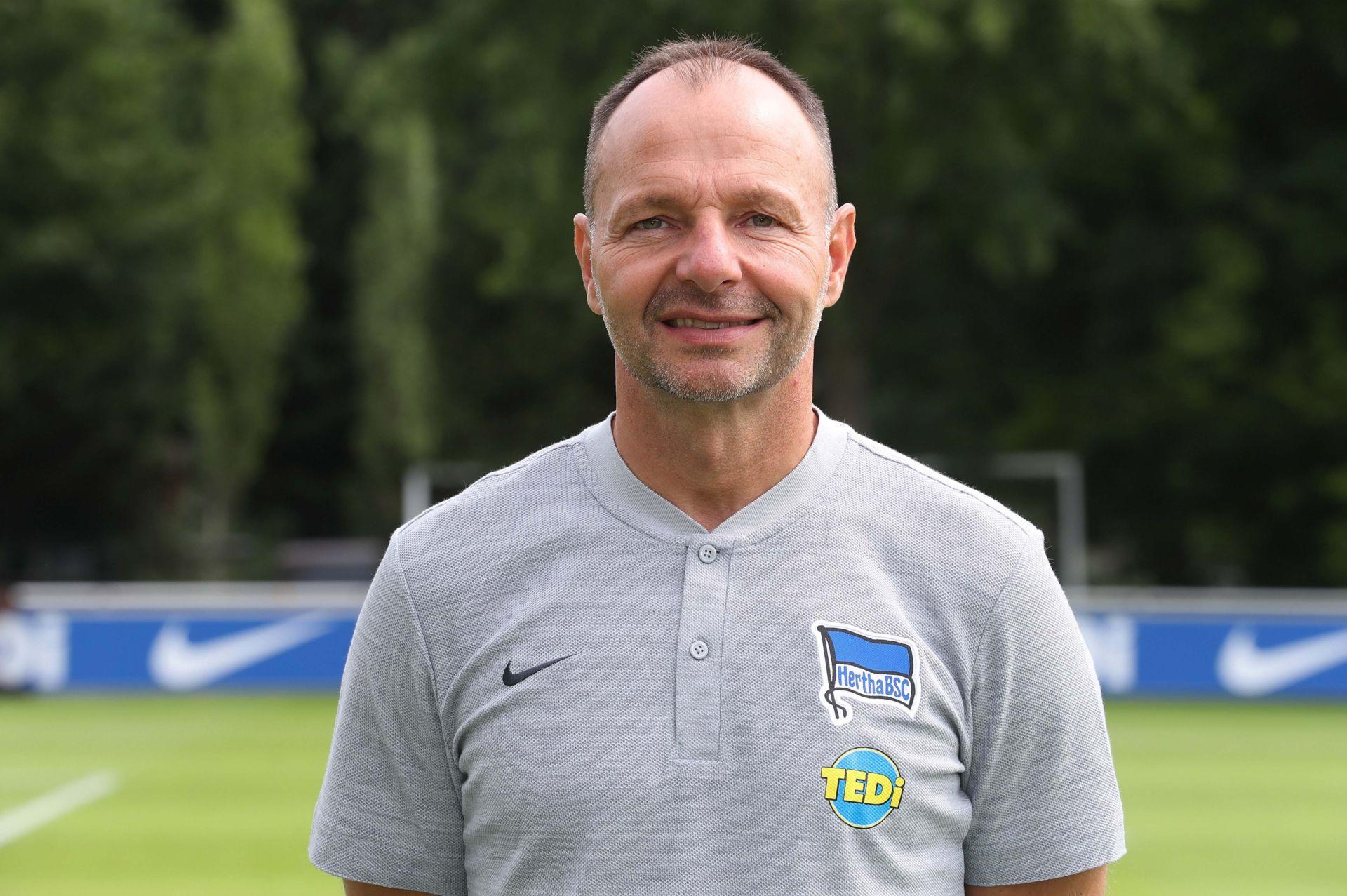 Hertha Berlin sa thải huấn luyện viên vì chống đồng tính, bài ngoại