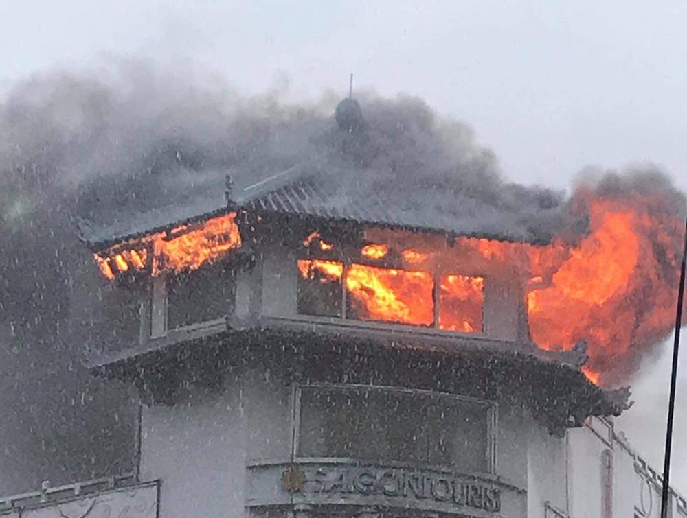 Bị 'trời đánh,' khách sạn Đồng Khánh ở Sài Gòn bốc cháy trong mưa
