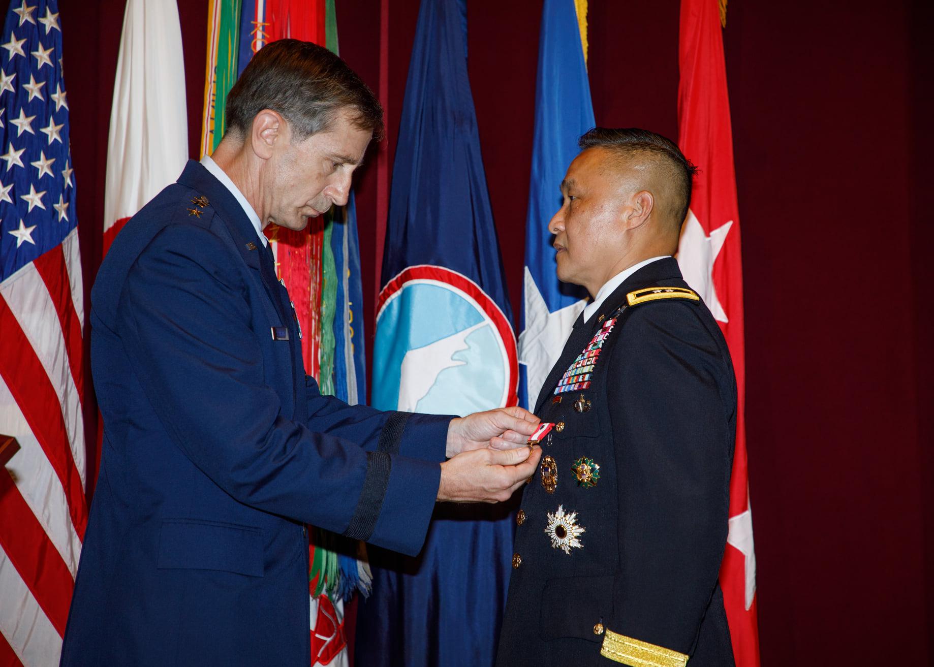 Tướng Lương Xuân Việt giải ngũ sau 34 năm trong quân đội Mỹ DP-Luong-Xuan-Viet-Nghi-Huu-2