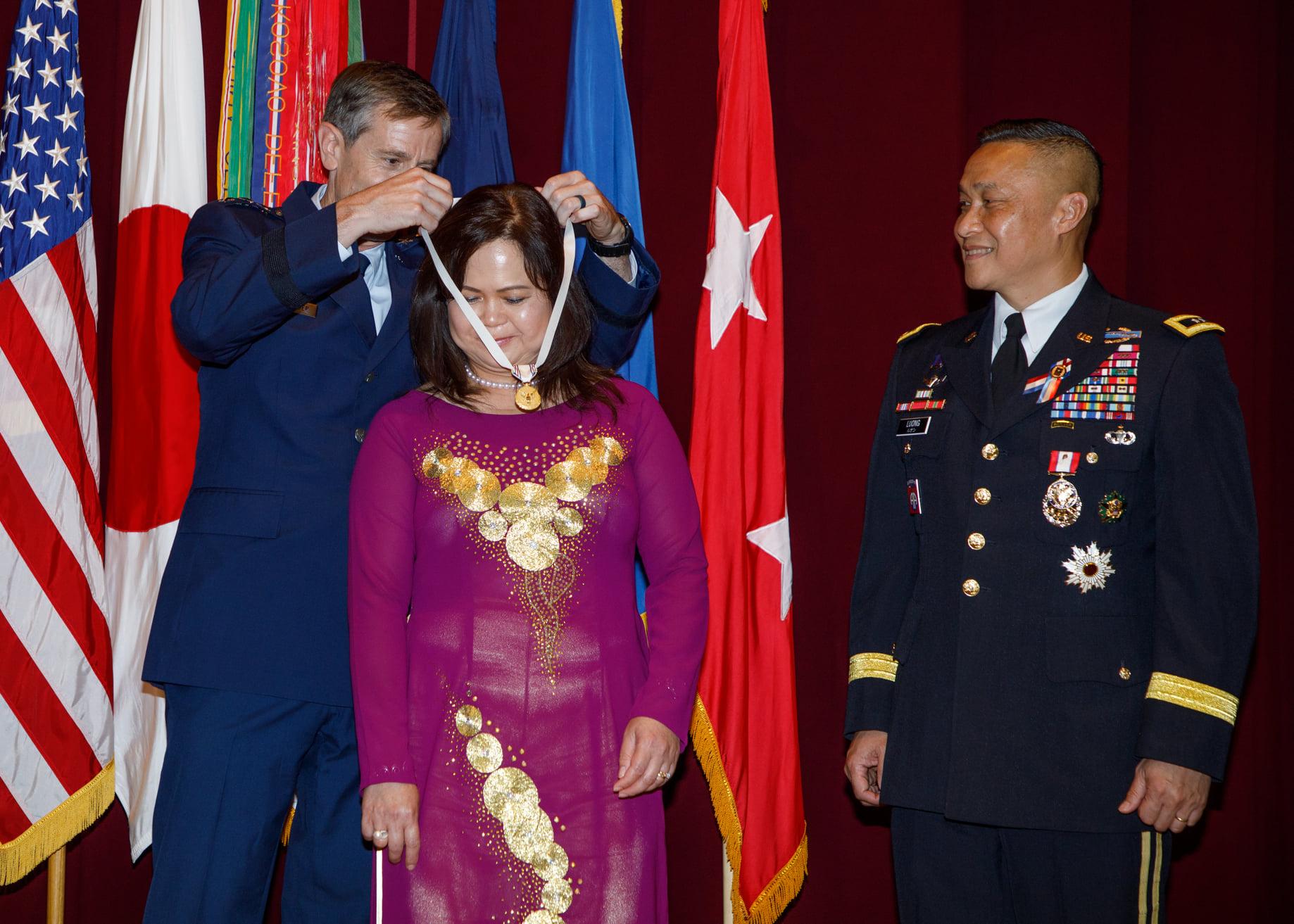 Tướng Lương Xuân Việt giải ngũ sau 34 năm trong quân đội Mỹ DP-Luong-Xuan-Viet-Nghi-Huu-3