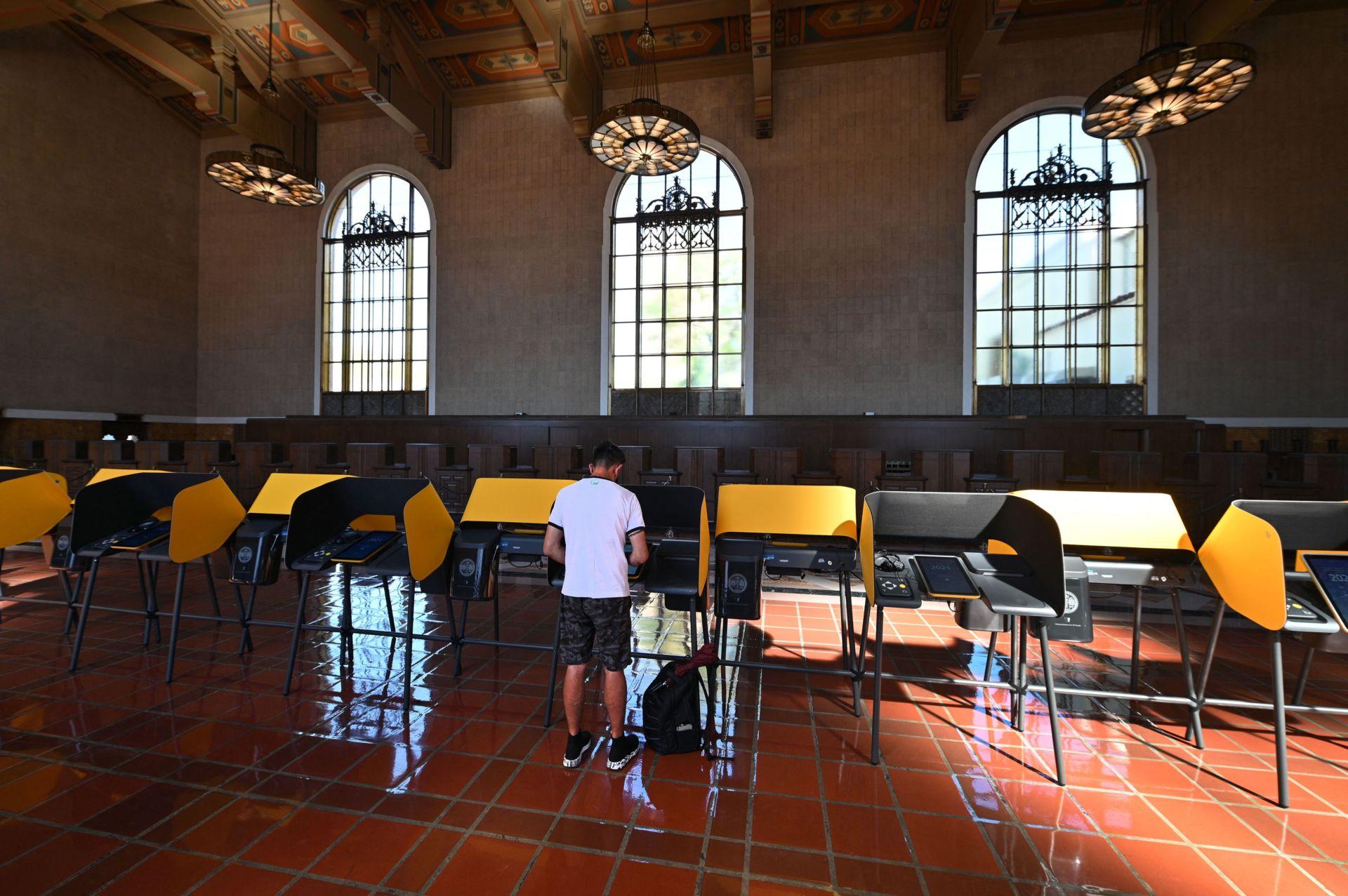 Nam California mở nhiều trung tâm bỏ phiếu bầu cử bãi nhiệm Newsom