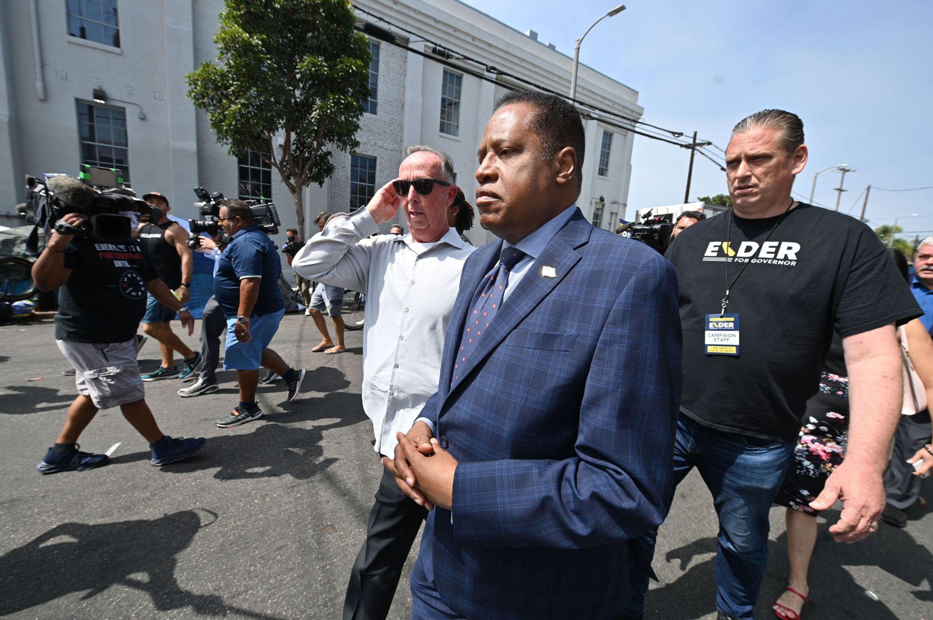 Bị ném trứng, Larry Elder rút ngắn chuyến thăm khu 'homeless' ở Los Angeles