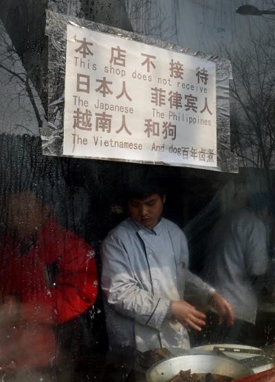 Tiệm ăn Bắc Kinh gỡ bố cáo 'cấm người Việt và chó' - Nguoi Viet online